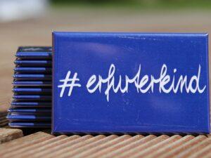 blauer Magnet mit Schriftzug #erfurterkind